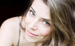 Emma Daumas en show case au Salon de la Radio