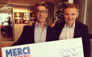 Eric Brunet remet un chèque à un auditeur