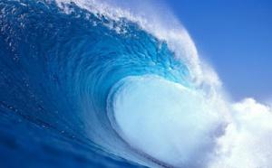 Grosse vague locale sur mer d'huile